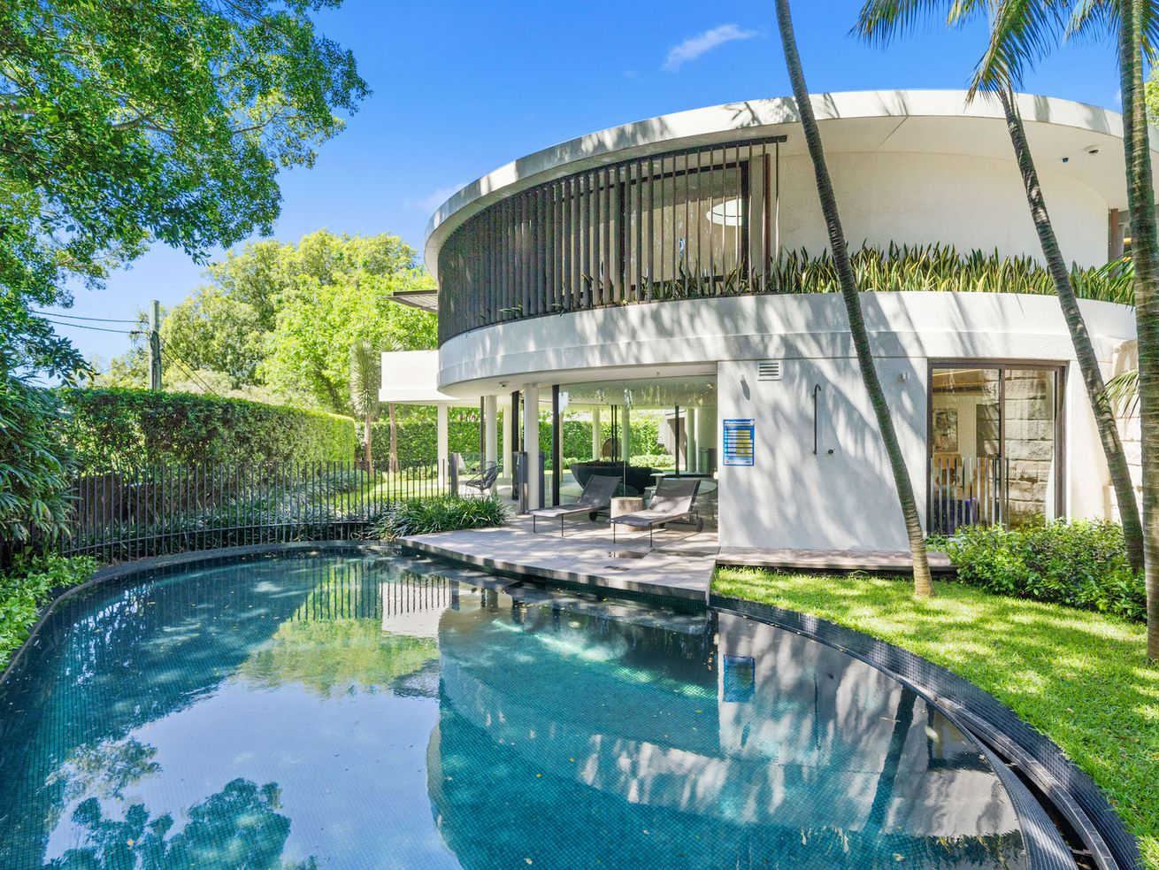 Circular midcentury beauty comes with a dramatic oculus