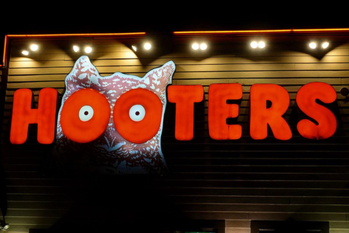 Hooters restaurant facade.
