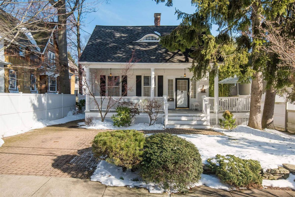 Colonial Cottage With Curb Appeal Wants 995k Curbed