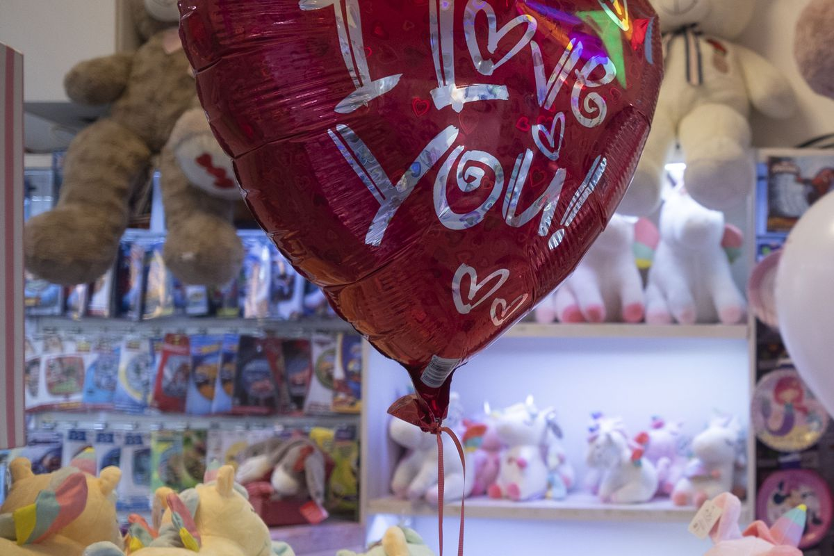 Valentine's Day Shopping In Tehran Amid COVID-19 Outbreak