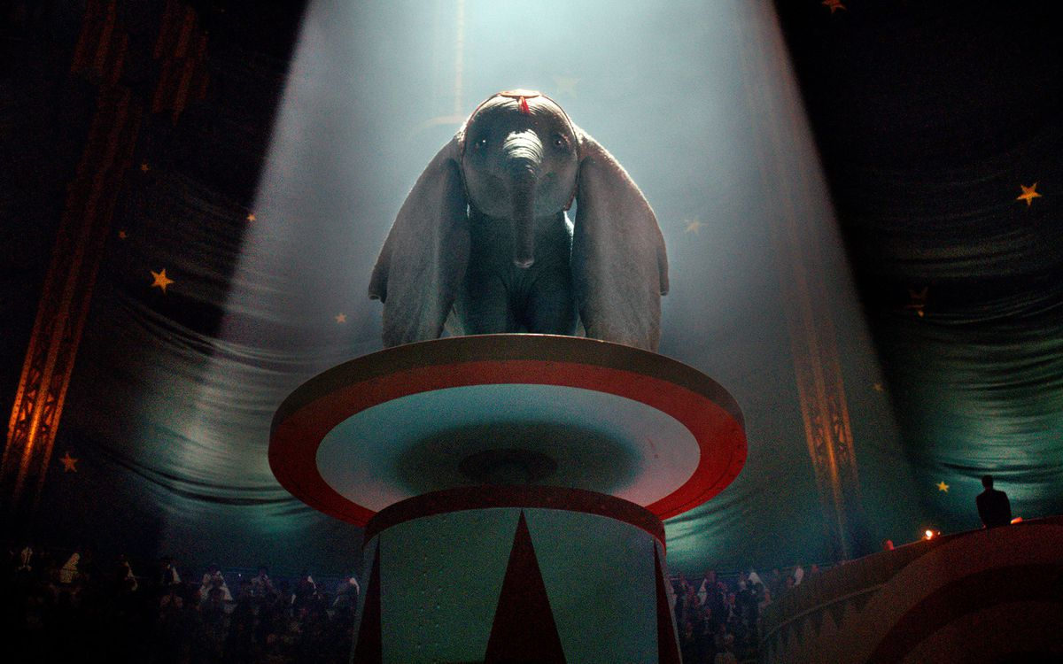 Dumbo (2019) - Dumbo performing in the circus