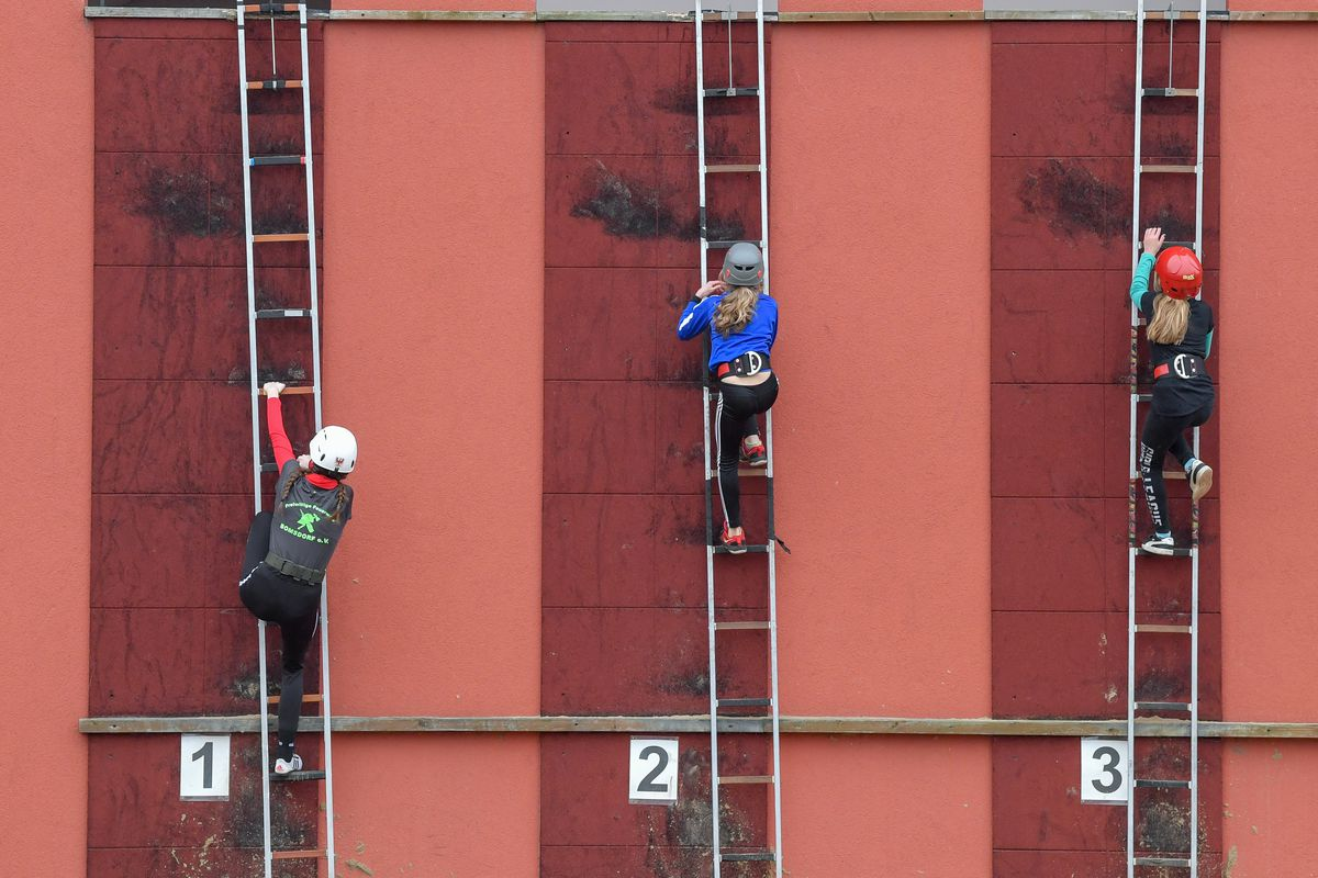 Who is the fastest in hook ladder climbing