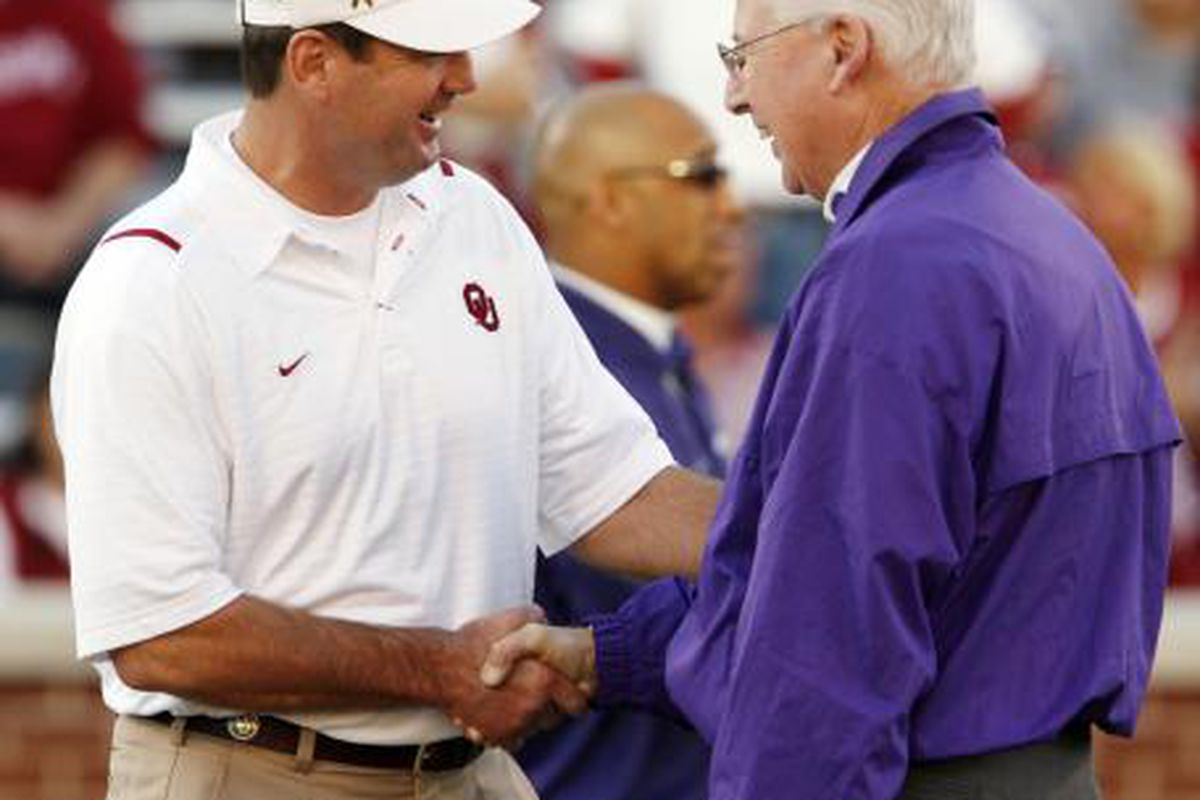 Bill Snyder of Kansas State (right) and  Bob Stoops of Oklahoma