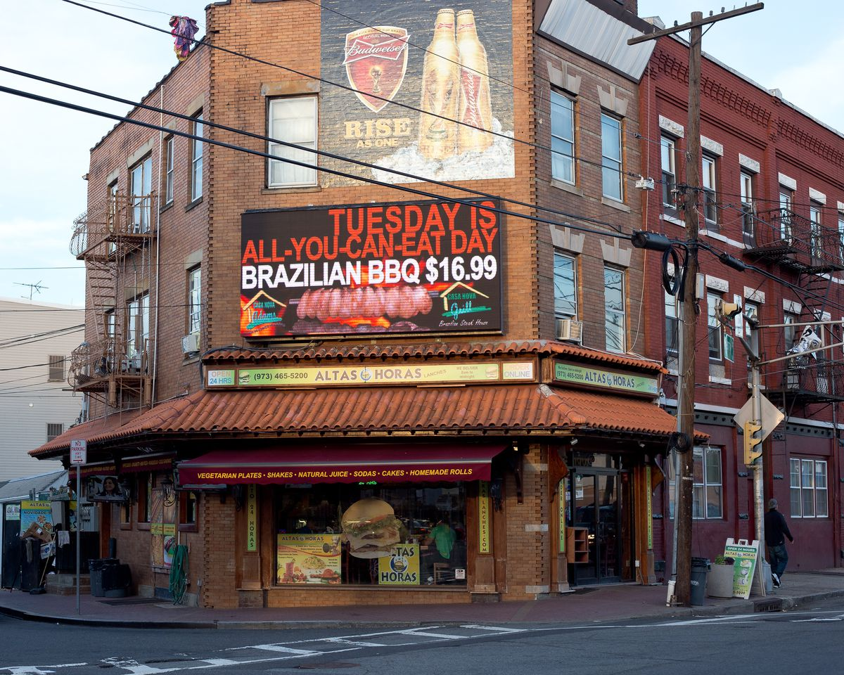 One Thing Every Buzzing Neighborhood Needs Is Somewhere For The Late Night Crowd To Get Their Munchies Altas Horas Lanches Open Twenty Four Hours And
