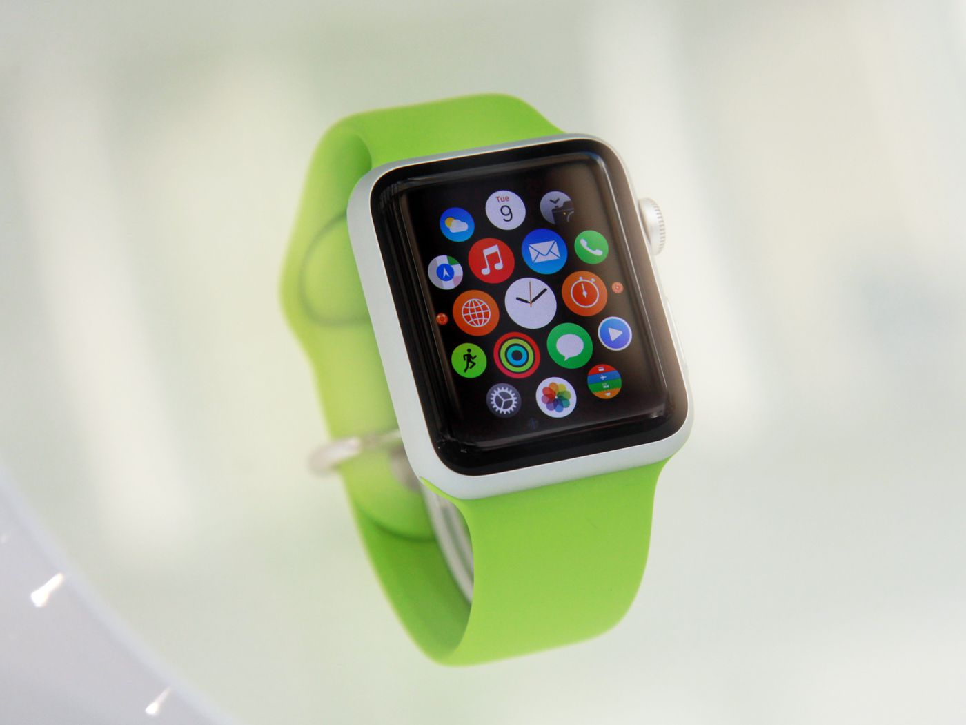 Does Looking At The Apple Watch Make Your Skin Crawl You Re Not