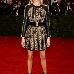 So far, Rosie Huntington-Whiteley (in Balmain) is the only one not really following the dress code
