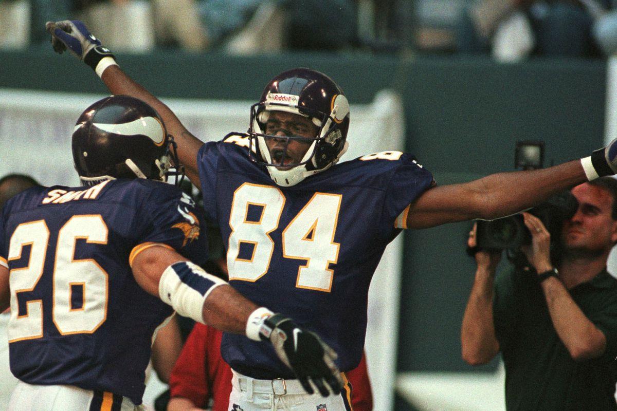 Minnesota Vikings receiver Randy Moss (C) celebrat