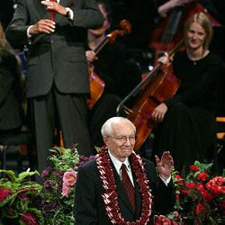 """Broadcaster Mike Wallace, top, laughs as President Gordon B. Hinckley speaks at """"A Celebration of Life"""" tribute to the prophet in July 2005. The event at the Conference Center, which marked President Hinckley's 95th birthday, featured performances by Donny Osmond, Gladys Knight and Wallace."""