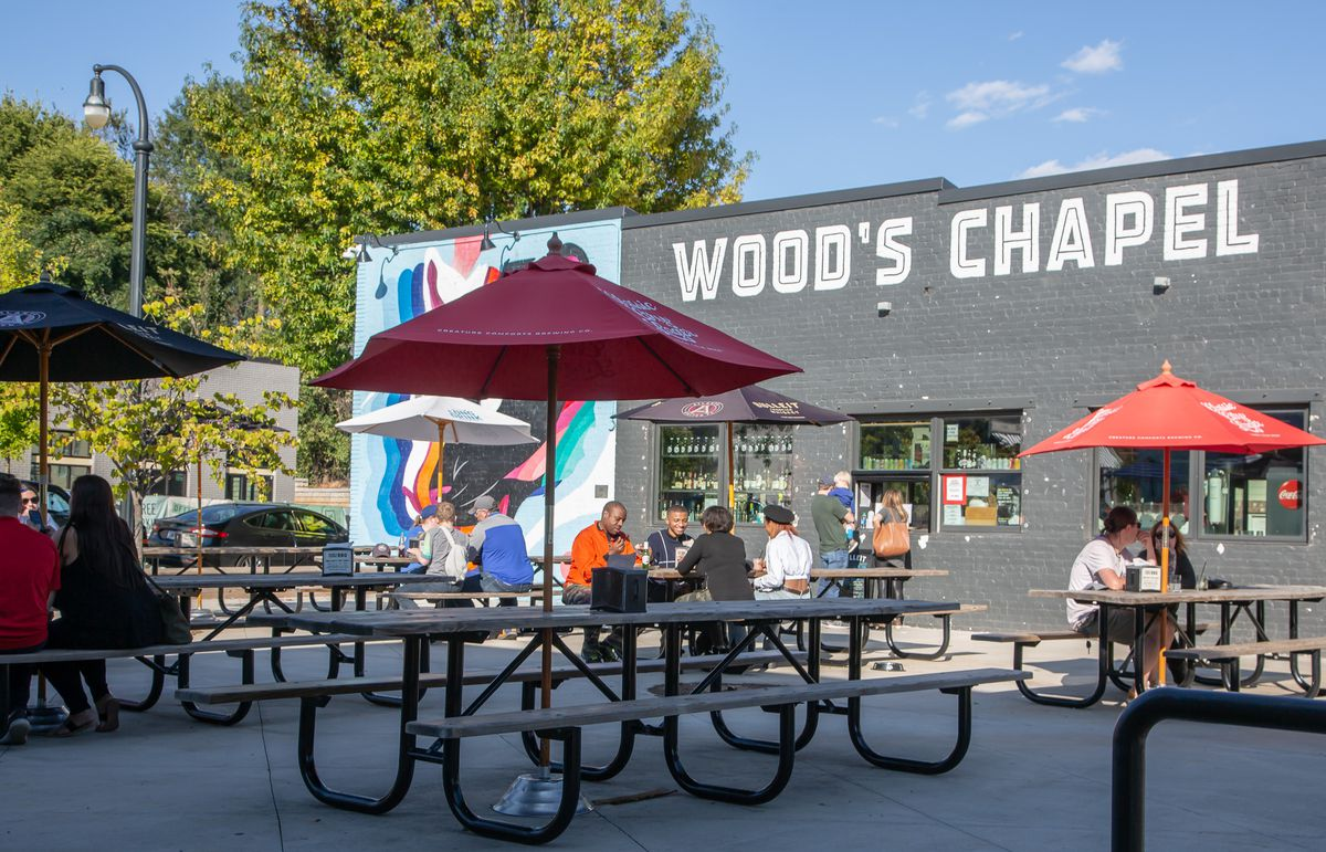 The outdoor patio at Wood's Chapel BBQ in Summerhill