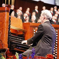 Organist Richard Elliott accompanies Mormon Tabernacle Choir on ?Sing!? based on ?Toccata from Organ Symphony no. 5? during July 19, 2012 dress rehearsal for Pioneer Day Concert.