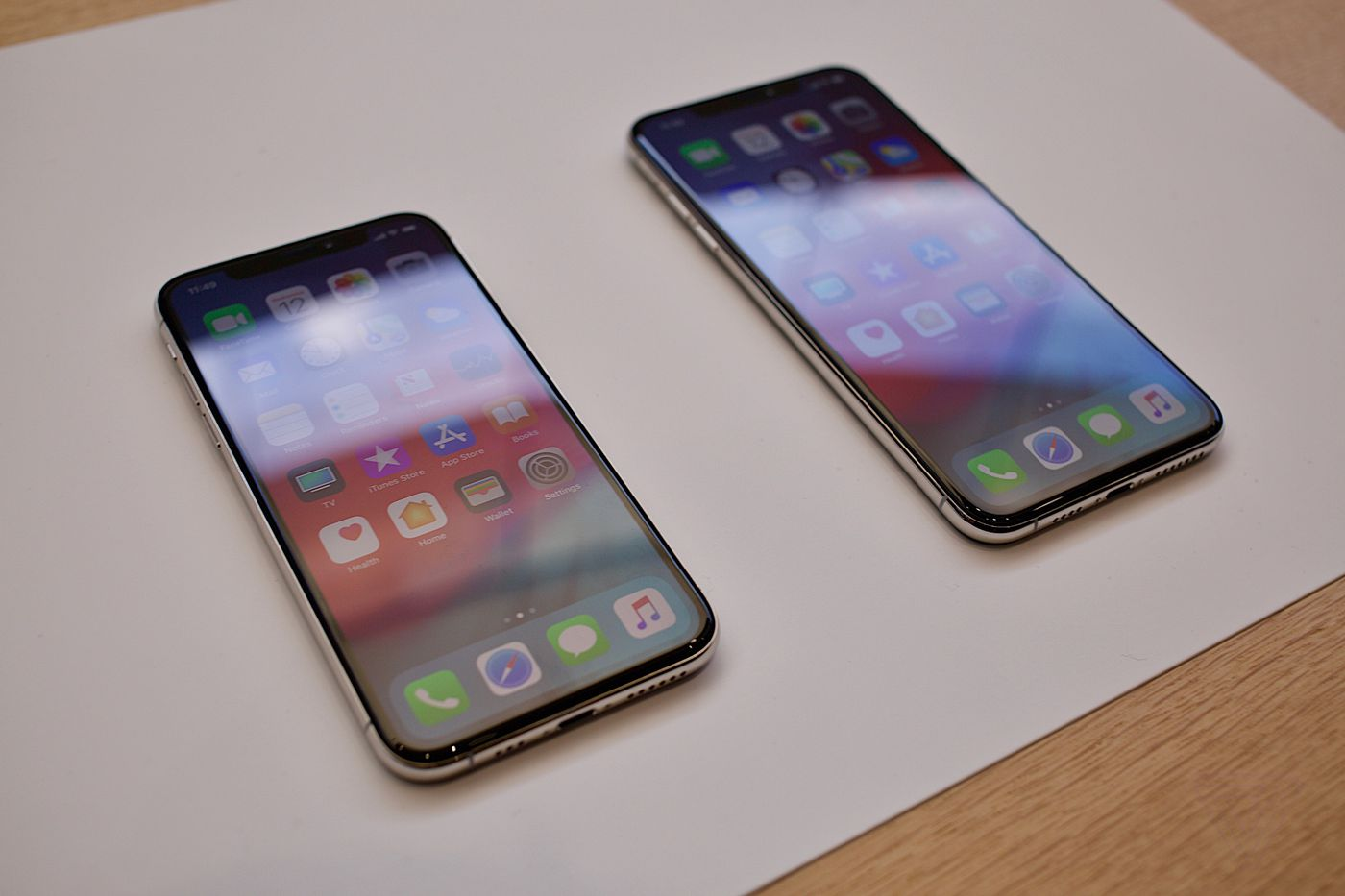 iPhone XS and XS Max: hands-on with Apple's giant new phone - The Verge