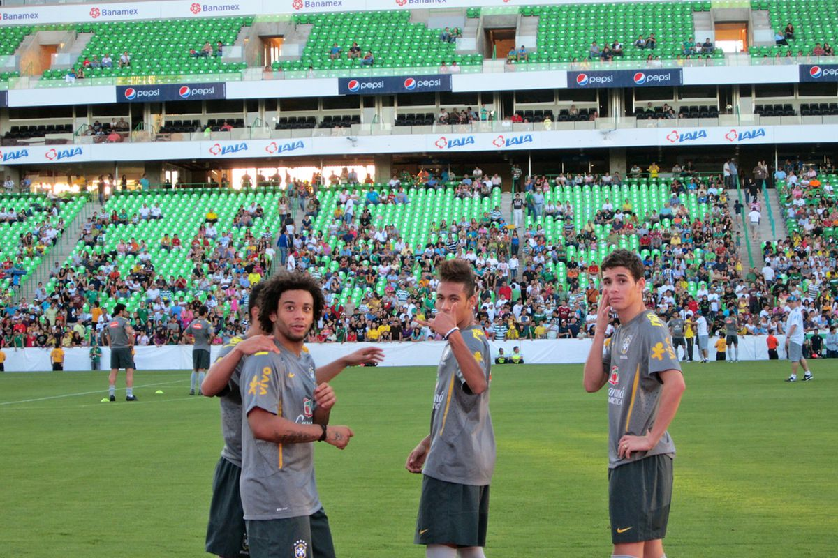 Brazil players interact with the Torreon fans at Sunday's training session (Photo credit: Fernando Cisneros)