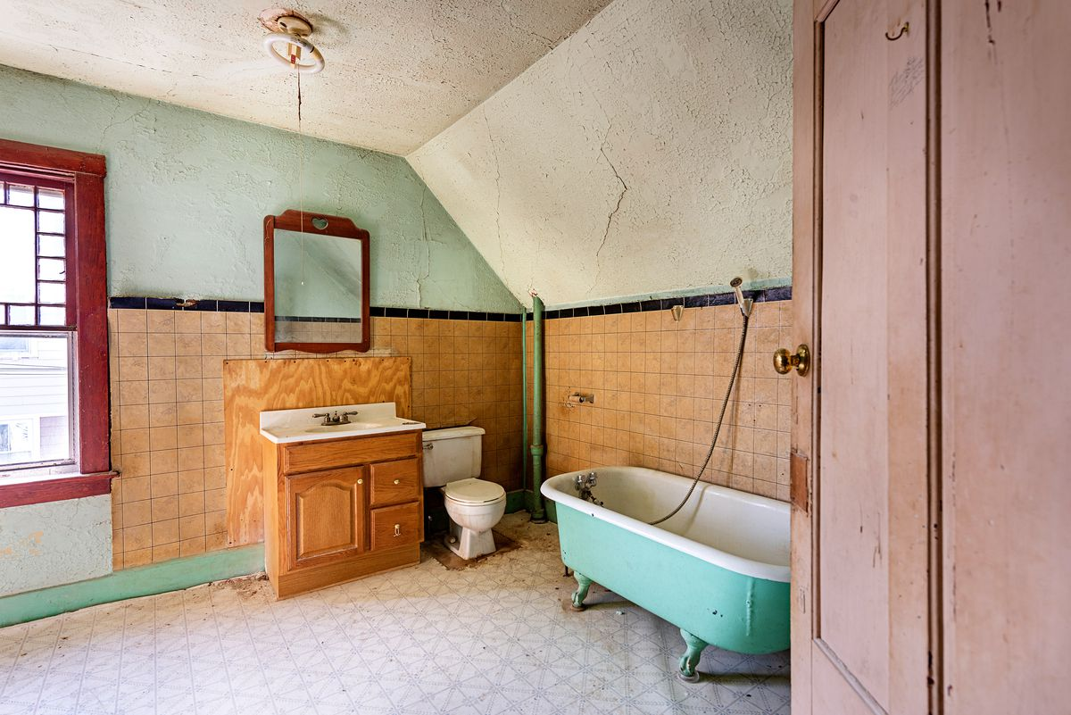 original 2nd floor bath, Seaside Victorian Cottage, Queen for a New Day, Nov/Dec 2020