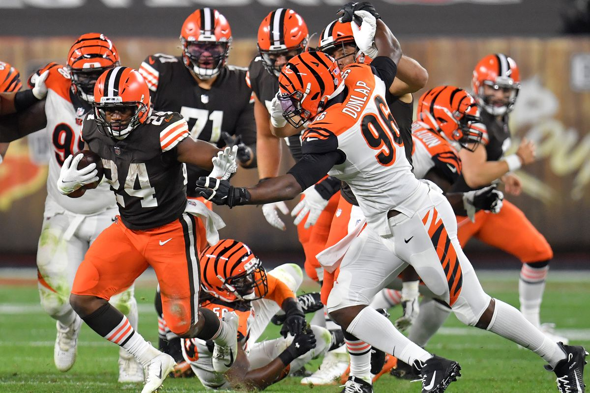 Browns Vs Bengals Final Score Cleveland S Offense Comes Alive With 35 30 Victory Dawgs By Nature
