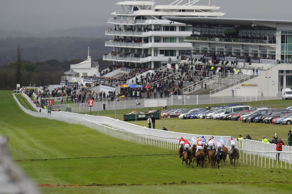 EPSOM, ENGLAND - APRIL 25: Runners sprint down the hills towards the finish in The Investec Specialist Bank Handicap Stakes at Epsom racecourse on April 25, 2012 in Epsom, England. (Photo by Alan Crowhurst/Getty Images)