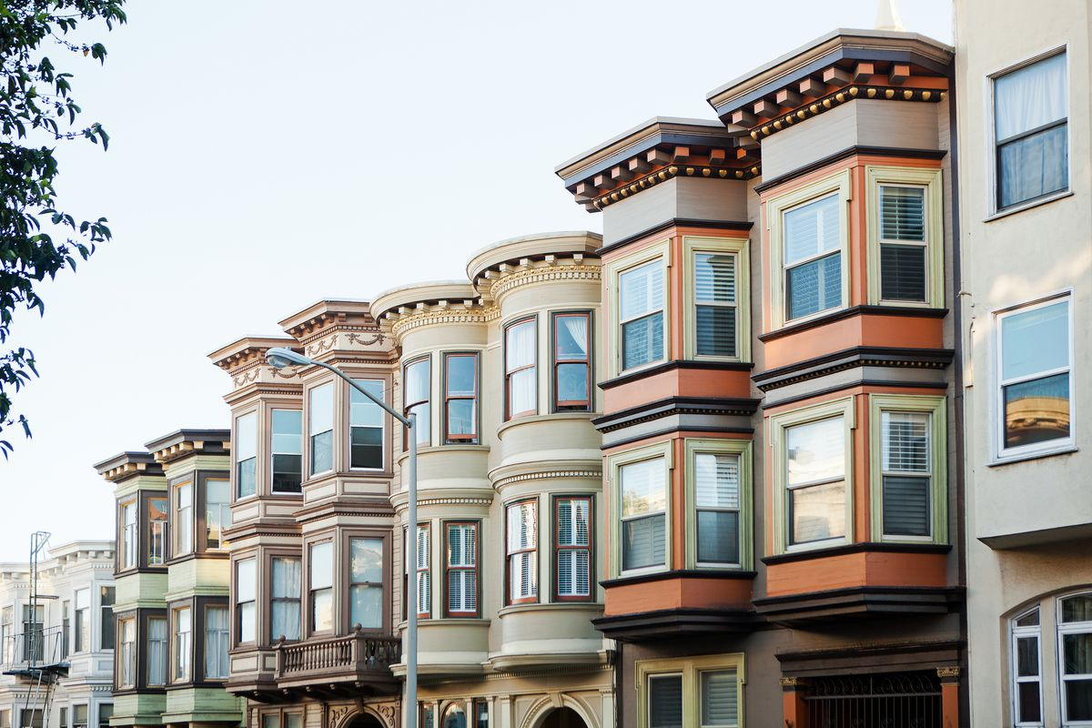 An exterior view of row houses in San Francisco to illustrate a story about the SF real estate market and how the wealthy are leaving the city.