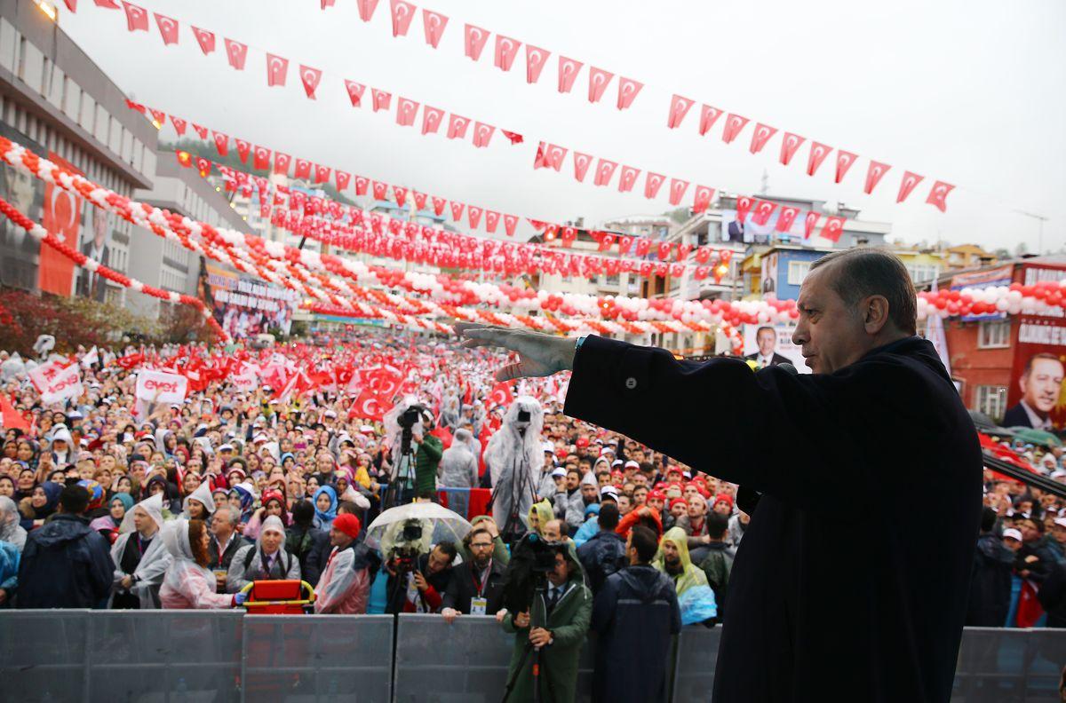 Erdogan addresses crowds ahead of the referendum