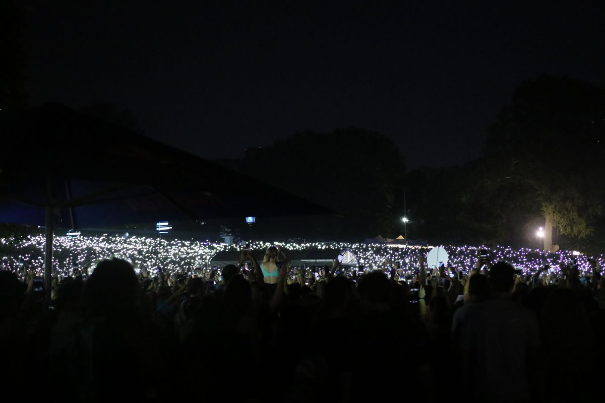 Thousands of fans turn on their phone lights, just like people used to do with lighters.