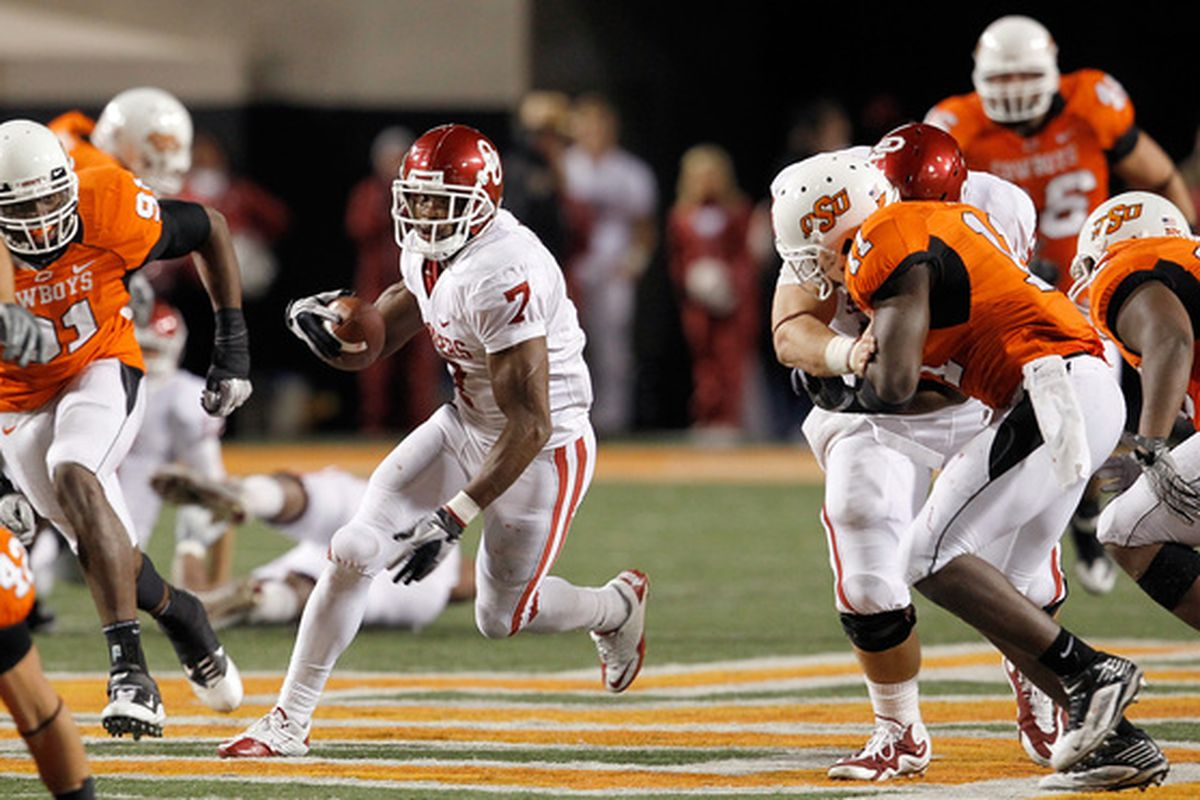 STILLWATER OK - NOVEMBER 27:  Running back DeMarco Murray #7 of the Oklahoma Sooners carries the ball against the Oklahoma State Cowboys at Boone Pickens Stadium on November 27 2010 in Stillwater Oklahoma.  (Photo by Tom Pennington/Getty Images)