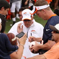 Peyton Manning once again stays after practice to sign autographs