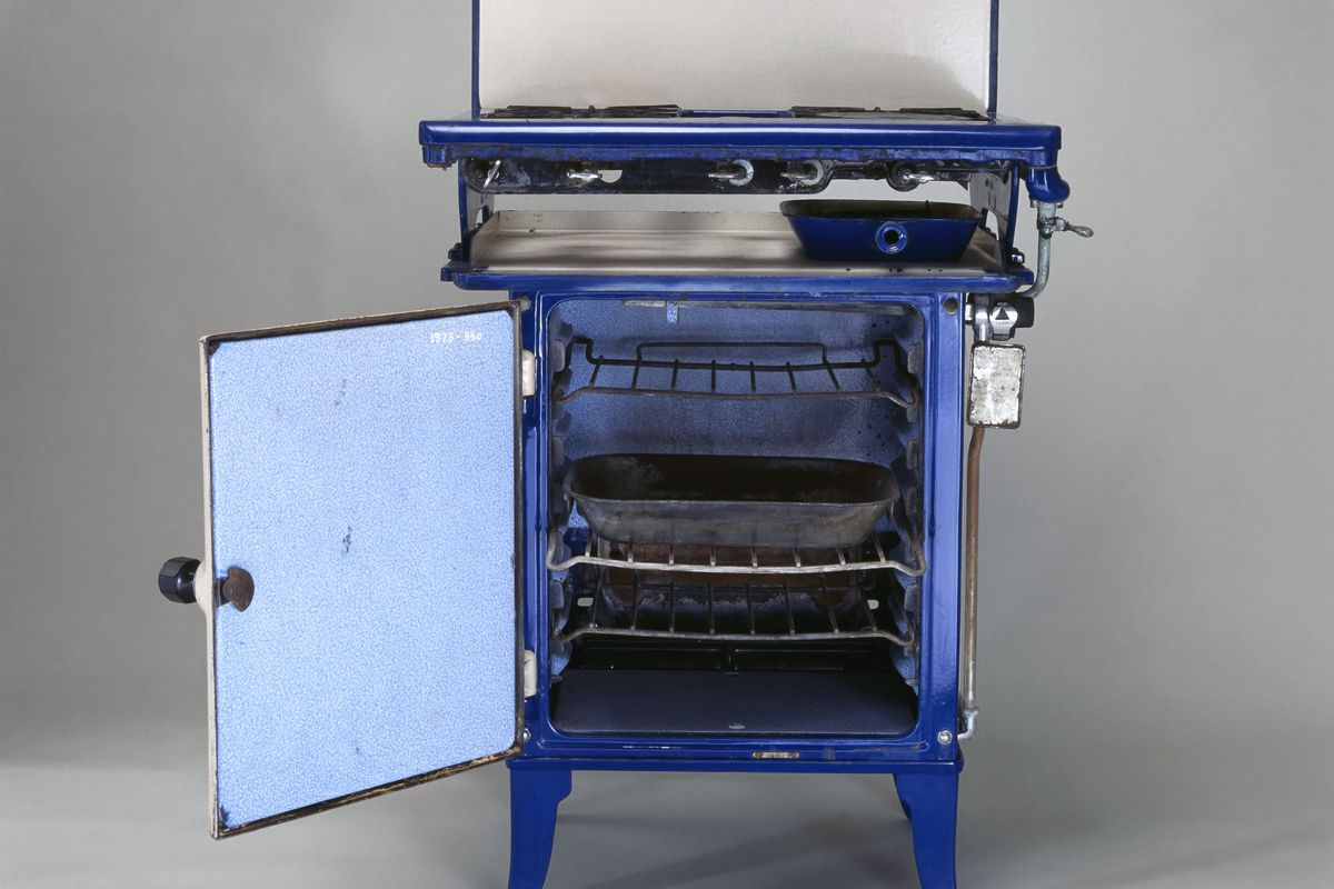 Kingsway New World gas cooker, c 1935.