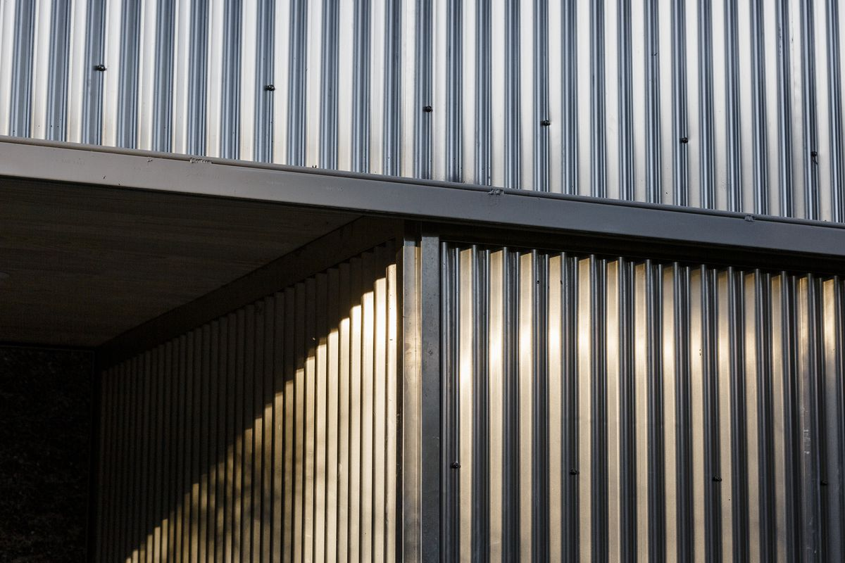 A detail shows corrugated (rippled) aluminum siding.