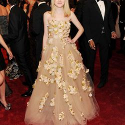 Dakota Fanning in Valentino. She (or her stylist) is really good at this.