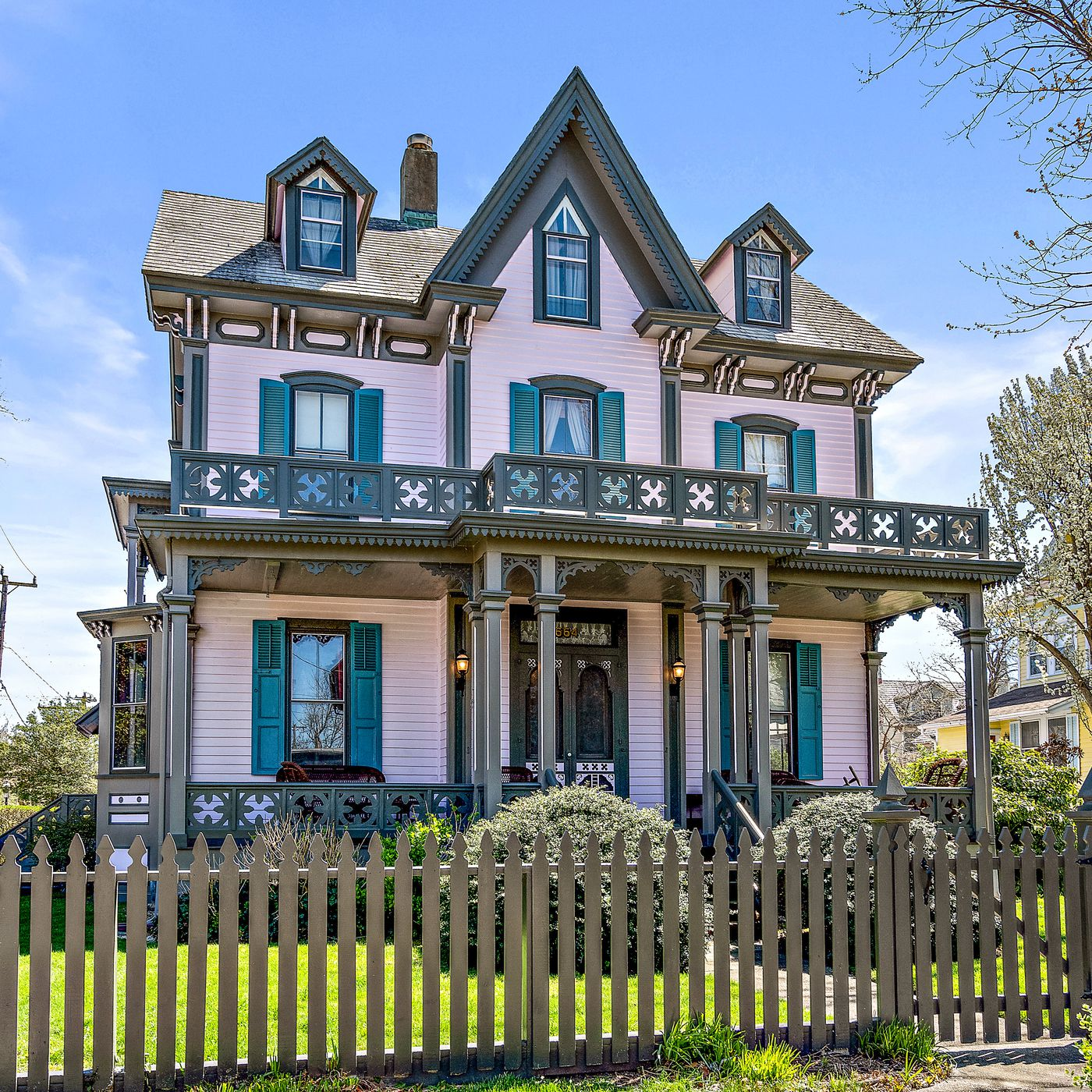 Wondrous 5 Historic Victorian Homes For Sale In Cape May Curbed Philly Home Interior And Landscaping Mentranervesignezvosmurscom