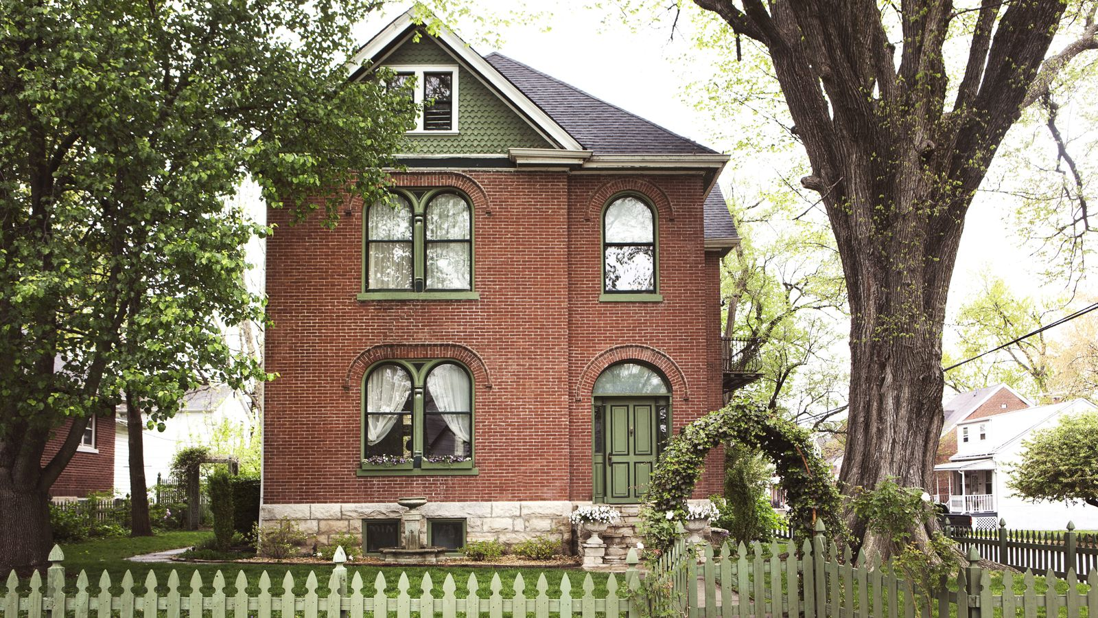 House calls inside a romantic brick victorian in missouri for Brick victorian house