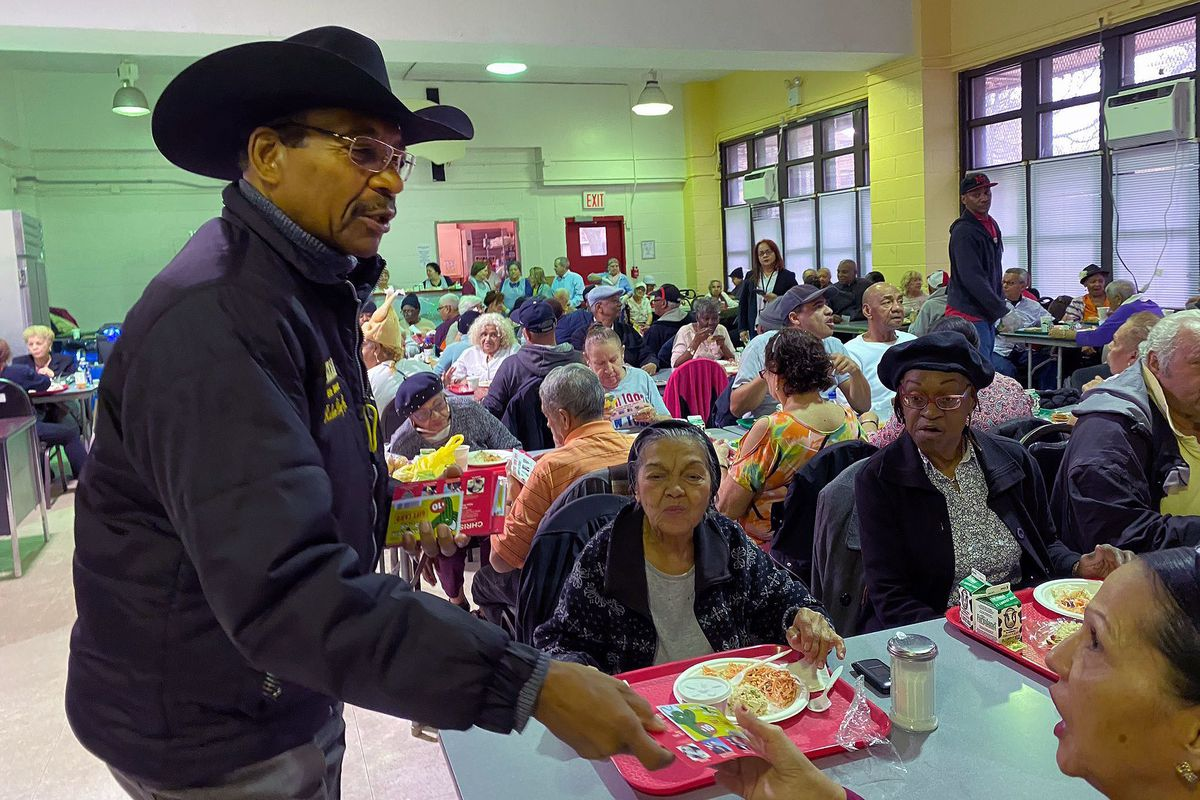 Councilmember Rubén Díaz hands out gift certificates to Western Beef