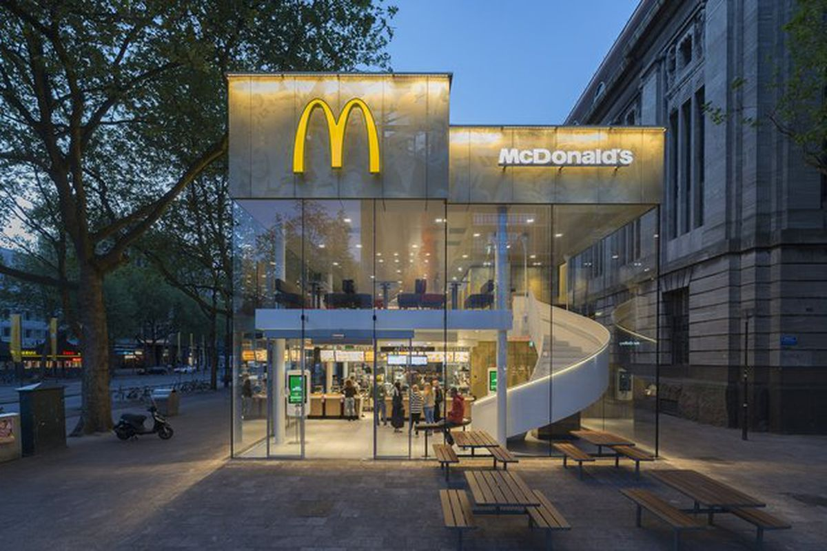 """All photos © Jeroen Musch via <a href=""""http://www.archdaily.com/640309/mcdonald-s-pavilion-on-coolsingel-mei-architects-and-planners/"""">Archdaily</a>"""