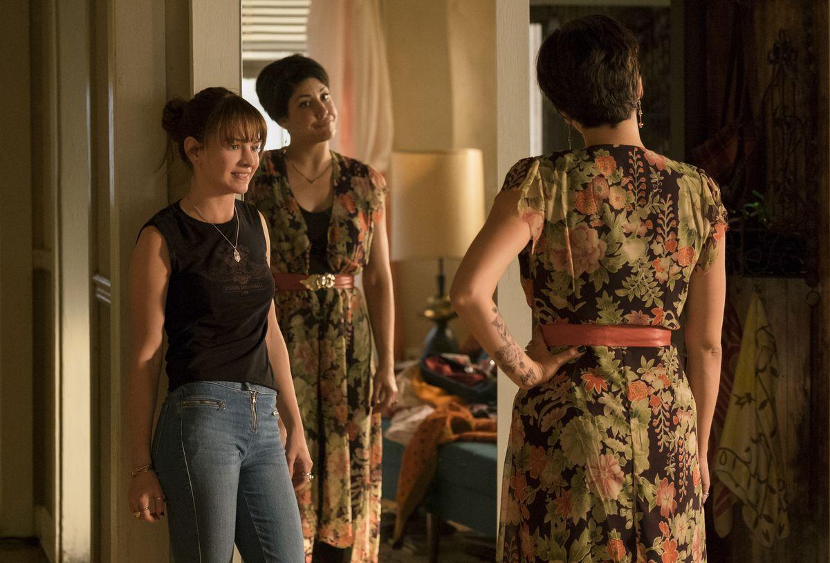 Britt Robertson as Sophia Marlowe and Ellie Reed as Annie in Girlboss.