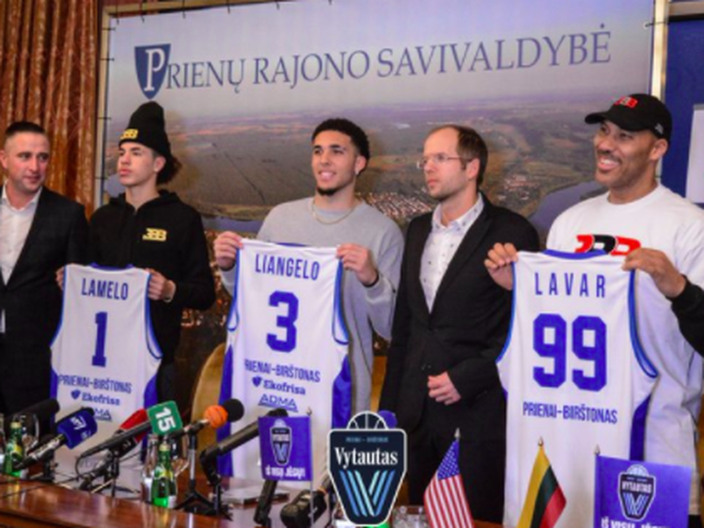 c755d0630c4c LaMelo and Liangelo Ball s press conference photo is hilarious -  SBNation.com