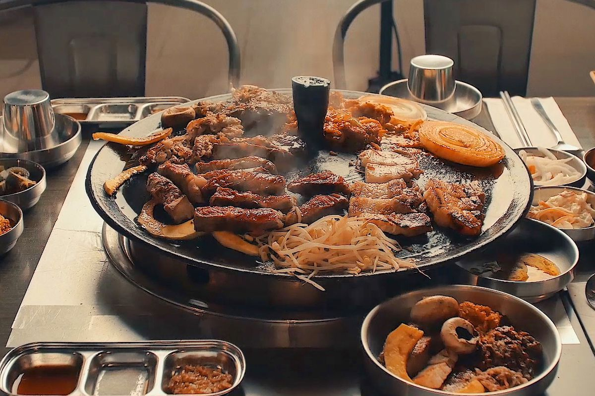 Let S Meat Uses A Cast Iron Lid For Grilling Official Manhattan Newest Korean Barbecue Restaurant