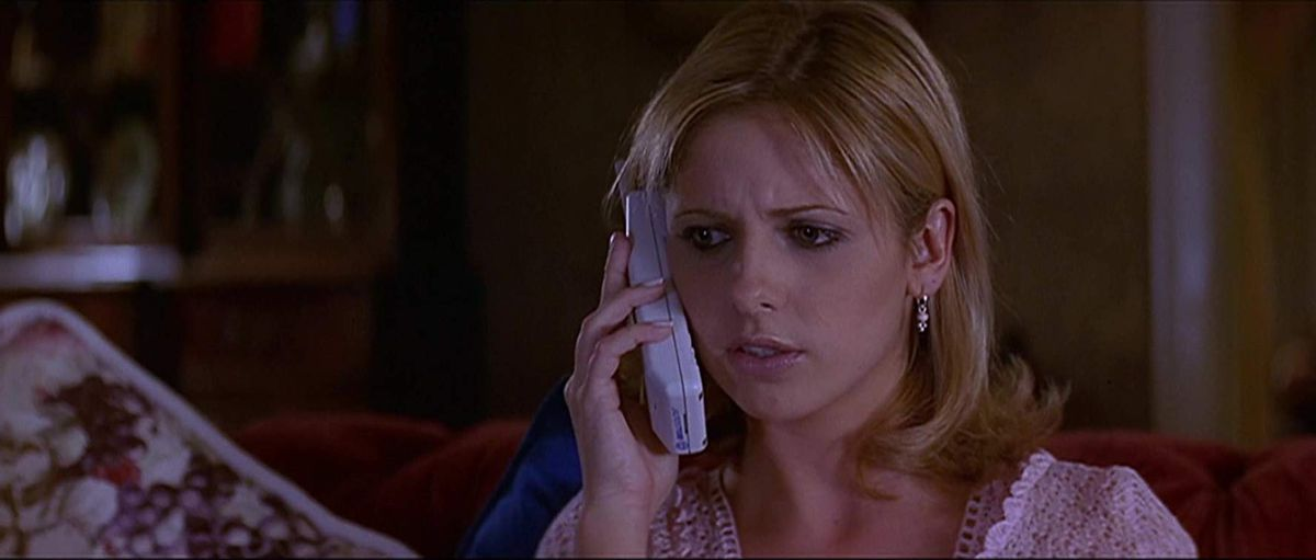 cici (sarah michelle gellar) answers the phone and gets freaked out