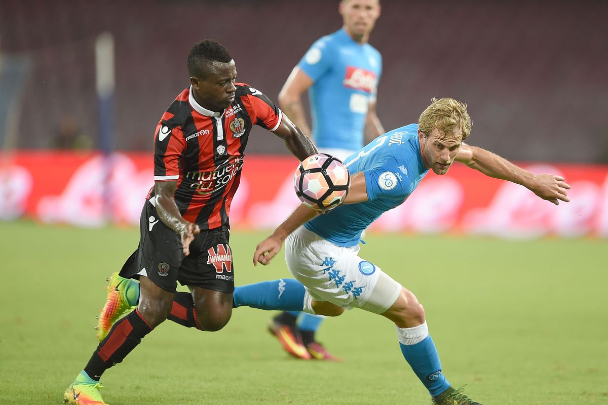 Nice CM Jean Michael Seri battles for possession with Napoli LB Ivan Strinic during a friendly, August 1, 2016.