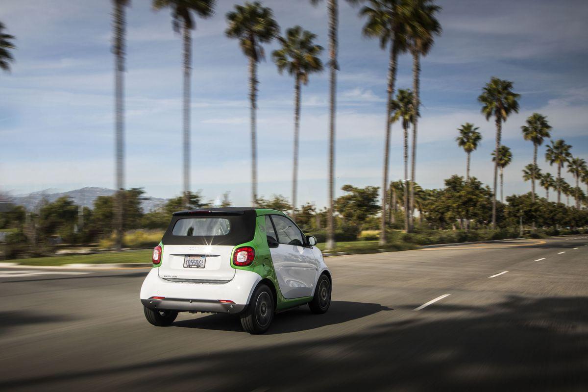 The Smart Car Goes Electric Before It Plans Its Autonomous Future