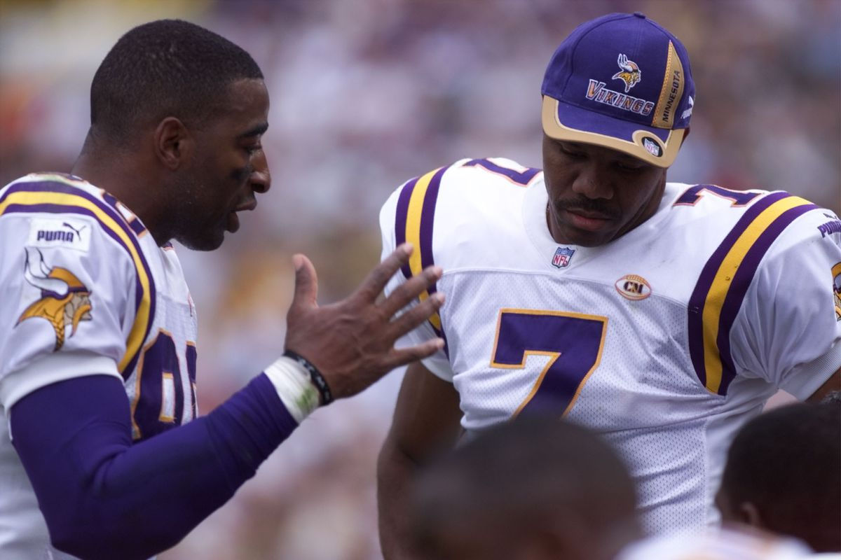 Vikings - Green Bay Packer football September 26,1999. — Minnesota Viking wide receiver Chris carter confers with Randle Cunningham, 7, and other wide receivers during the first half of the Packer Vikings matchup Sunday.(Photo By JUDY GRIESEDIECK/Star Tr