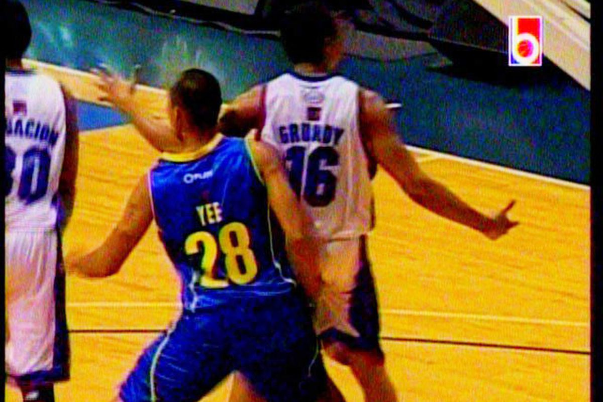 """Via <a href=""""http://www.interaksyon.com/interaktv/mark-yees-disgusting-defensive-technique-nothing-new-in-pinoy-hoops"""" target=""""new"""">InterakTV</a>, Mark Yee's hand got caught in Anthony Grundy's cookie jar. Screen capture by Carlo Ricohermoso."""