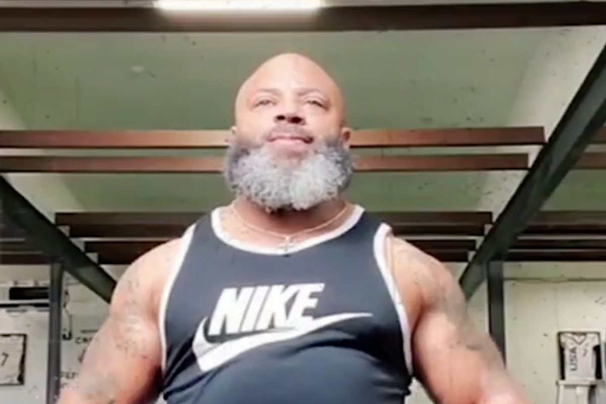 Darren Swift, the father of Lions RB D'Andre Swift, lifting weights