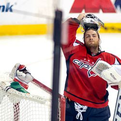 Holtby Puts on Mask