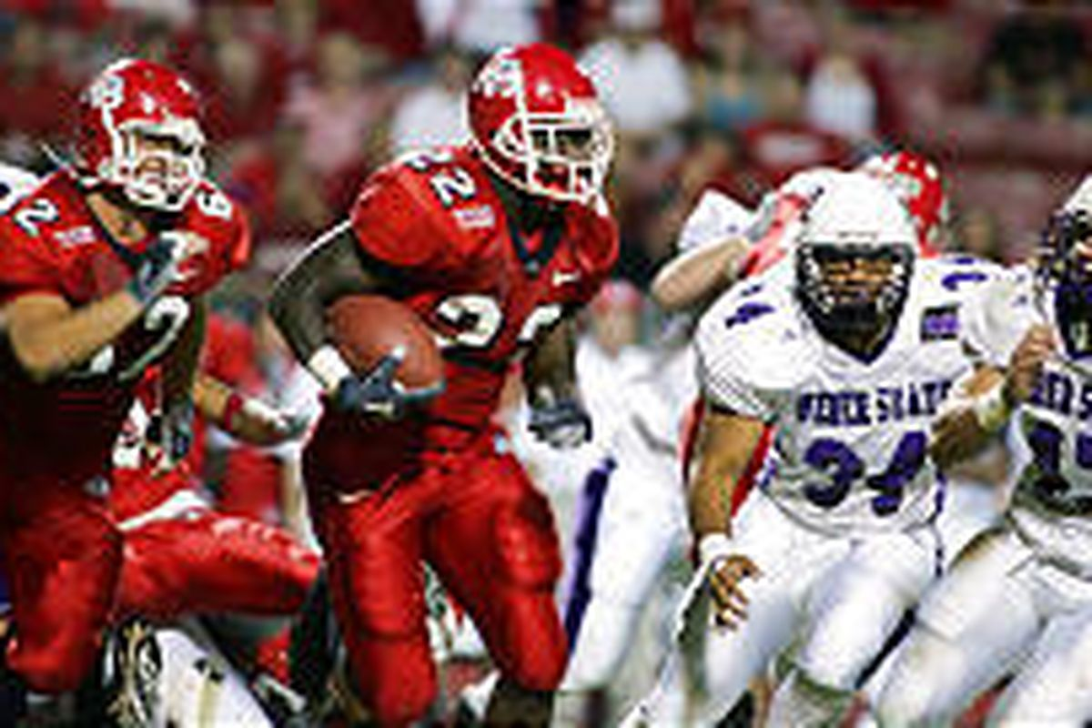 Fresno State's Wendell Mathis runs a sweep around Max Moala (34) and Dallas Drecksel. Fresno State's Cole Popovich is at left.