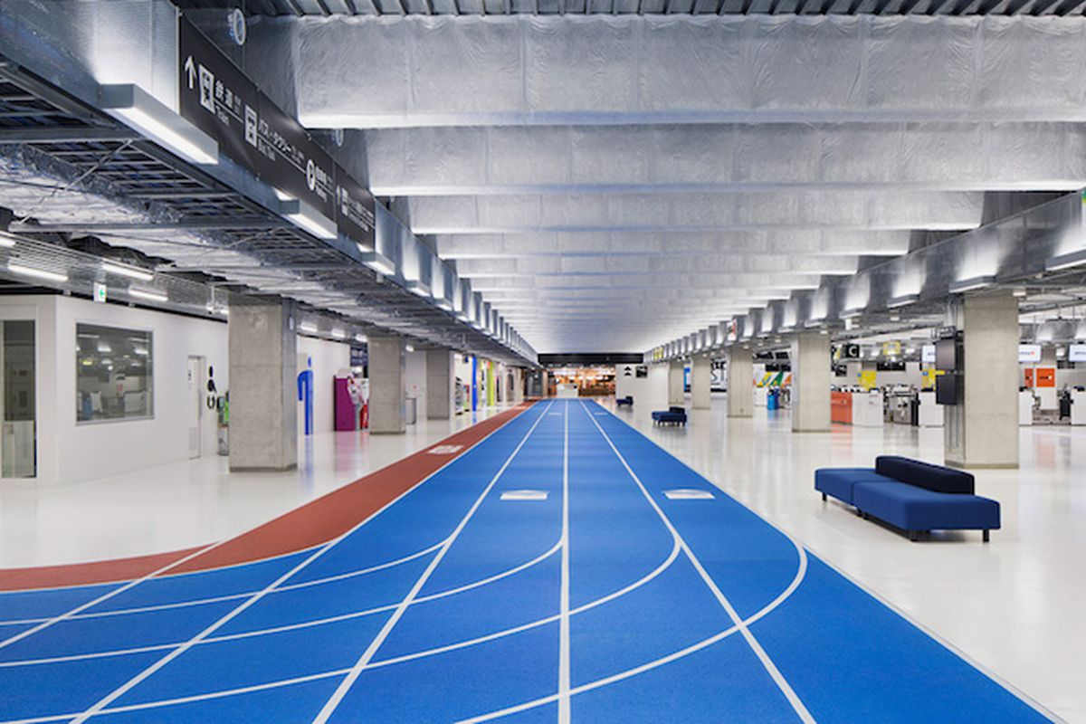 "All photos by <a href=""http://o-f-p.jp/"">Kenta Hasegawa</a> via <a href=""http://www.designboom.com/architecture/narita-airport-terminal-3-running-track-party-muji-nikken-04-10-2015/"">Design Boom</a>"