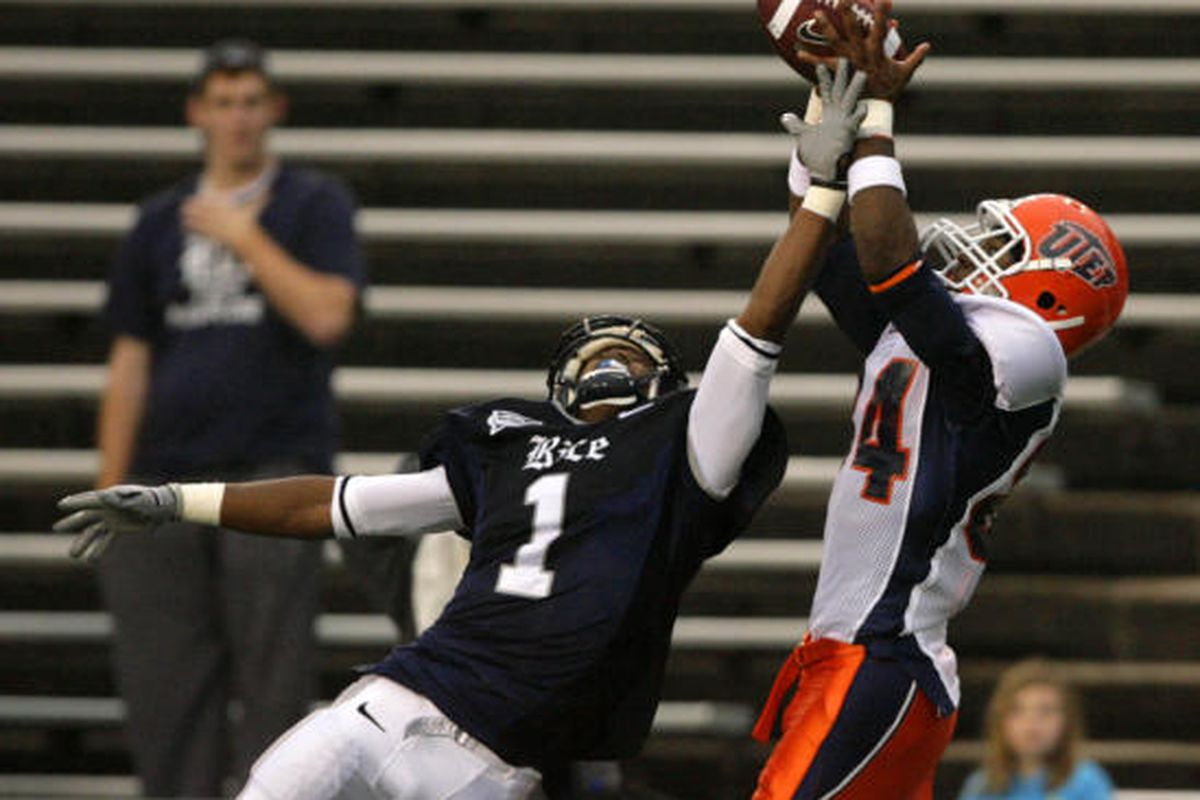 """Rice defensive back Jarrett Ben attempts to defend against a catch for a touchdown by UTEP wideout Donavon Kemp. via <a href=""""http://images.chron.com/photos/2009/11/21/19294493/600xPopupGallery.jpg"""">images.chron.com</a>"""
