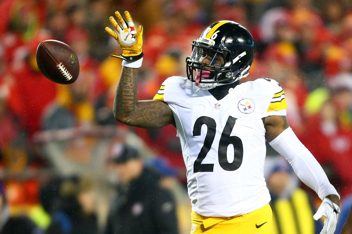 Pittsburgh Steelers running back Le'Veon Bell celebrates a first down