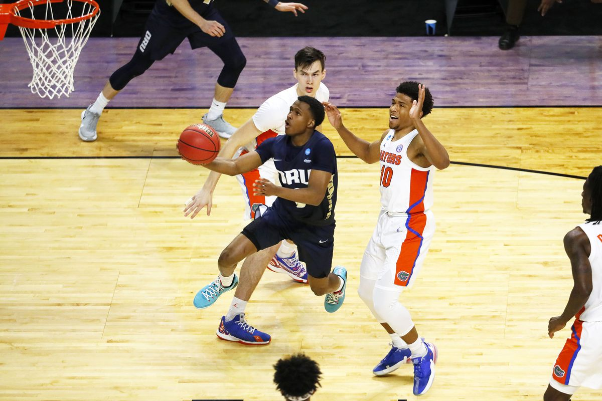 Oral Roberts Golden Eagles guard Max Abmas (3) drives to the basket past Florida Gators guard Noah Locke (10) in the first half during the second round of the 2021 NCAA Tournament on Sunday, March 21, 2021, at Indiana Farmers Coliseum in Indianapolis, Ind.