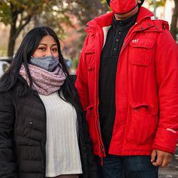 Jonán Huerta (derecha) dijo que algunos restaurantes se niegan a darles repartos a aquellos trabajadores que no traigan bolsos térmicos. Su esposa, Luciana (izquierda), también es repartidora.