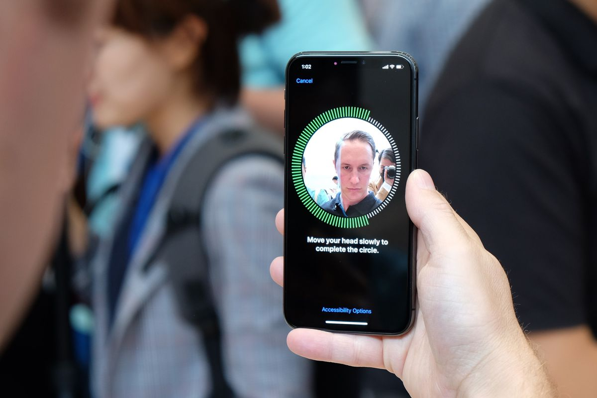 Setting up Face ID on Apple's iPhone X.        Recode  Dan Frommer
