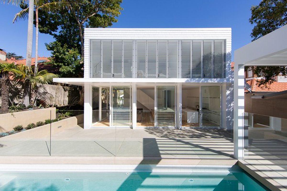 """Photos by <a href=""""http://www.danielmayne.com.au/"""">Daniel Mayne</a> via <a href=""""http://www.designboom.com/architecture/ian-moore-architects-howe-allan-house-sydney-12-03-2015/"""">Designboom</a>."""