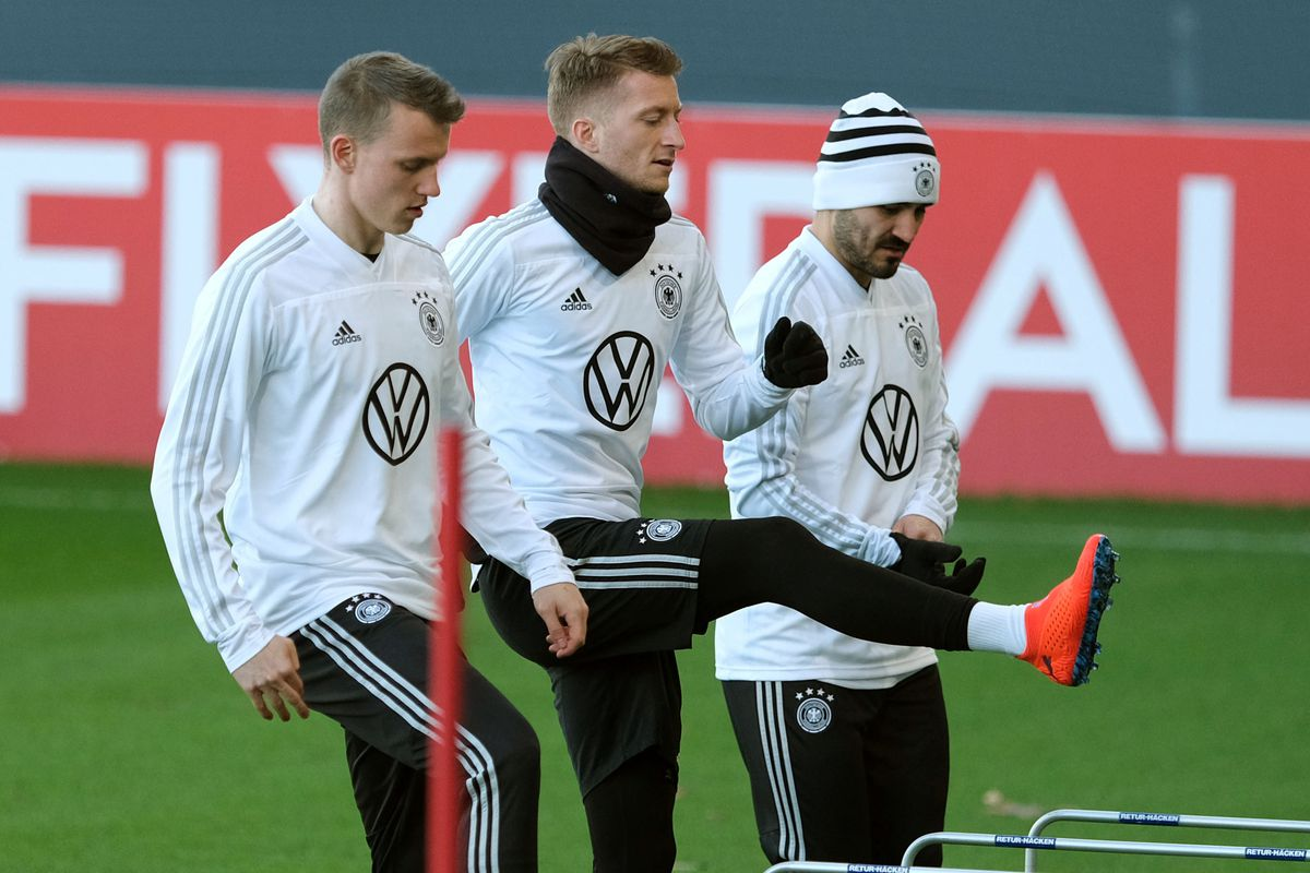 18 March 2019, Lower Saxony, Wolfsburg: Soccer: National team, before the international match Germany - Serbia, Training: The German national players Lukas Klostermann (l-r), Marco Reus and Ilkay Gündogan train with the national team.